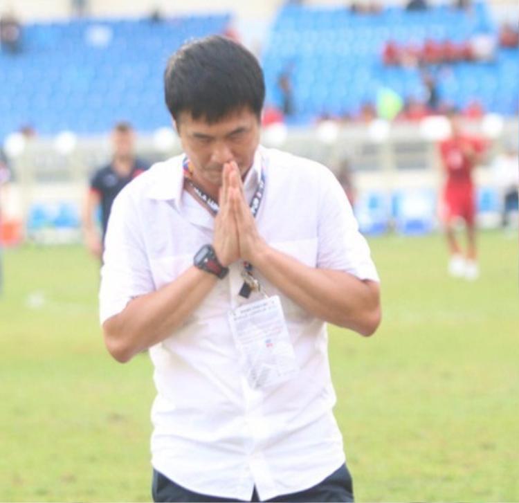 HLV Hữu Thắng tạ lỗi với người hâm mộ sau khi tuyển U22 Việt Nam phải sớm chia tay SEA Games 29 từ vòng bảng.