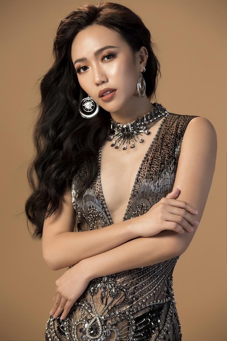 Diện hai bộ trang phục khác nhau, Diệu Nhi vẫn trung thành layout make up kiểu nude thịnh hành, kết hợp tóc xõa bồng bềnh để phù hợp nét gợi cảm trang phục.