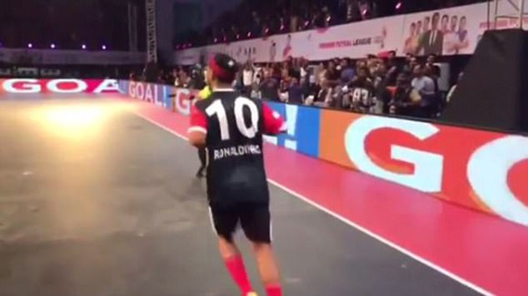 Ronaldinho nhận sự tán thưởng nhiệt liệt sau khi lập siêu phẩm.