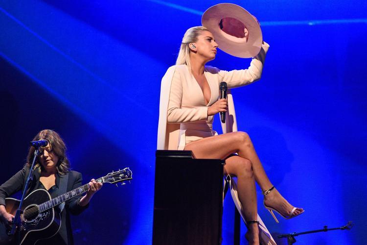 Nữ ca sĩ đã kín đáo và dịu dàng hơn hẳn với sự trở lại này. Không nằm ngoài dự đoán bởi đây là concept của album Joanne.