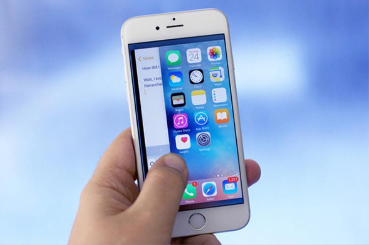 Sử dụng lực lên cạnh viền iPhone là một trong những cách truyền thống để khởi động trình đa nhiệm.