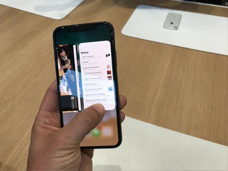 Riêng iPhone X, người dùng phải tượt dải home từ dưới lên giữa màn hình để khởi động trình đa nhiệm.