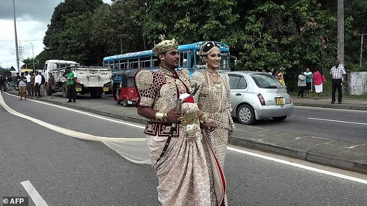 Cô dâu đối diện án tù 10 năm vì thuê 250 trẻ em nâng tà áo cưới dài 3km