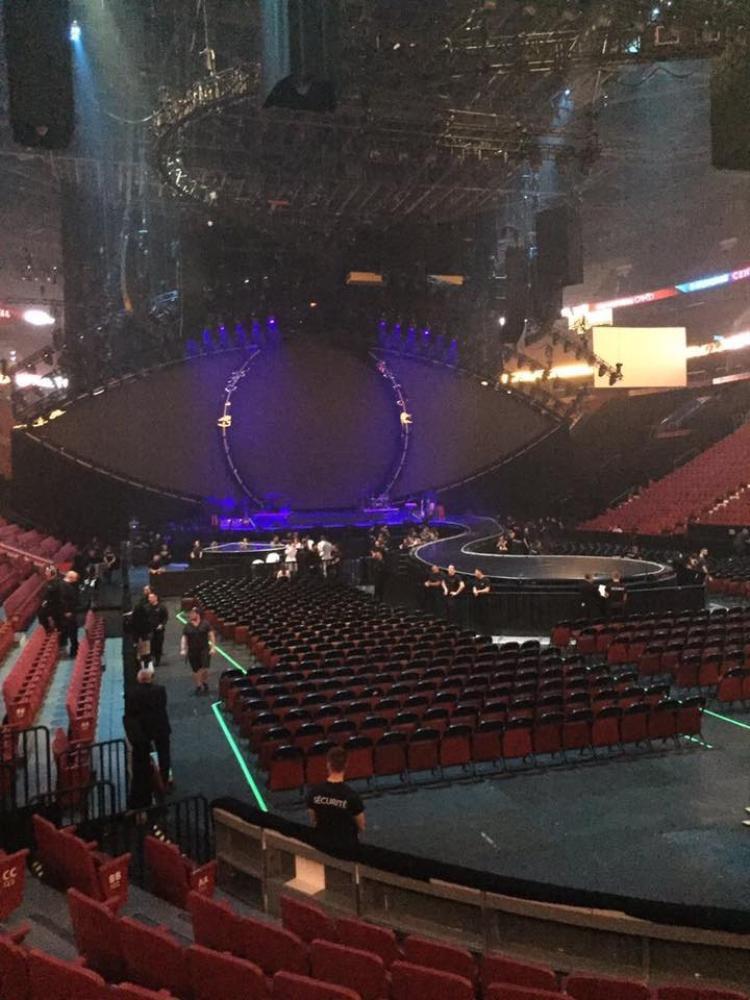 Dù lúc chưa sáng đèn vẫn có thể thấy mức độ hoành tráng của sân khấu!