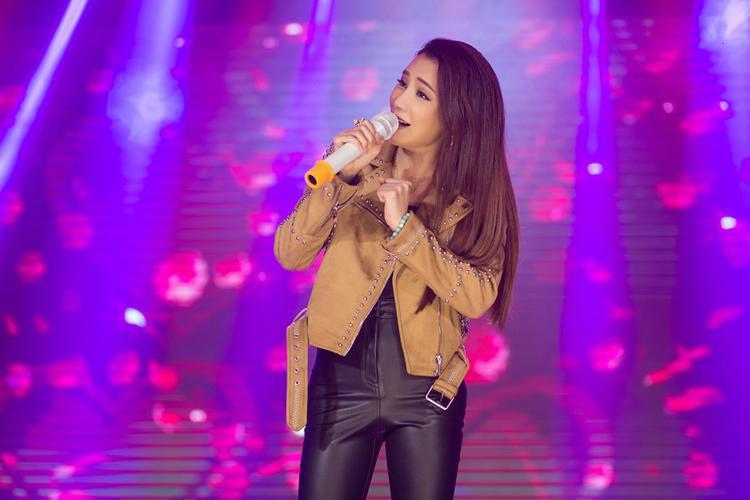 Người hâm mộ lần lượt được nghe những bản hit 1 thời từ Hồ Quỳnh Hương.