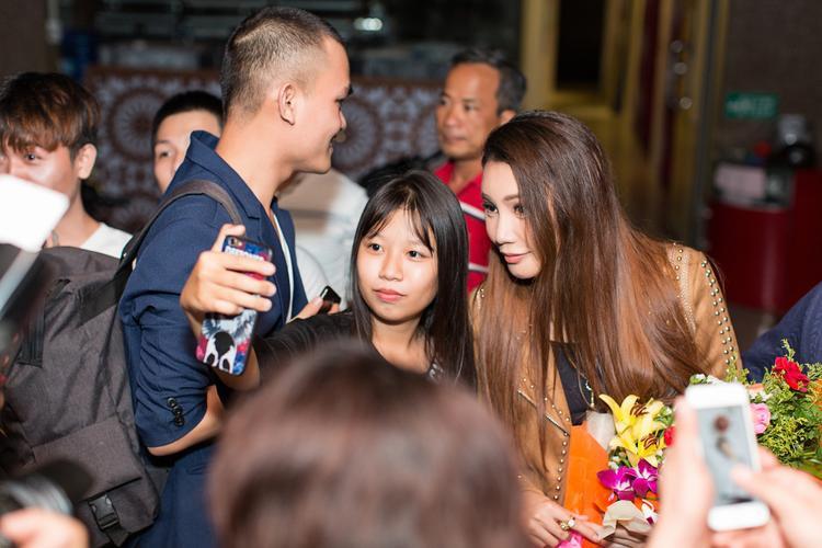 Thân thiện chụp hình với người hâm mộ sau buổi biểu diễn.