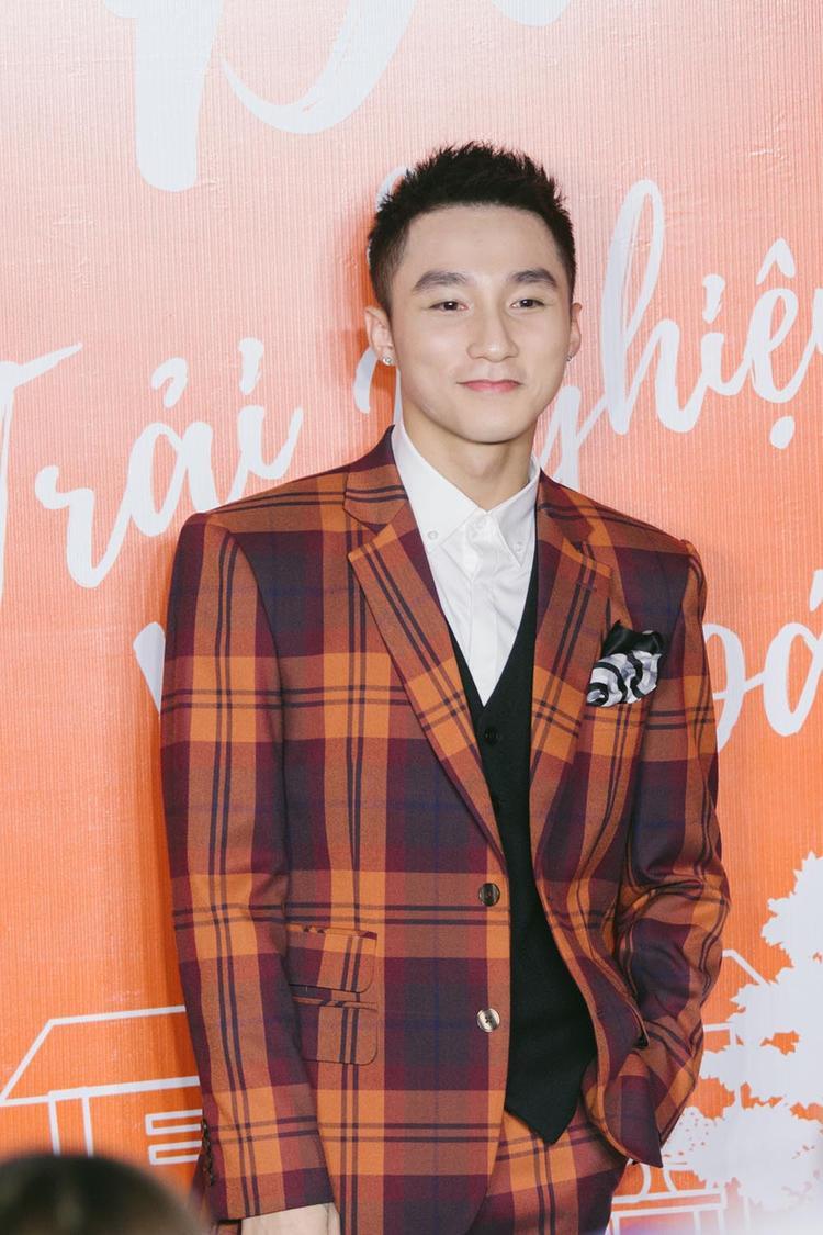 """Với cây vest nổi bật, mái tóc cắt ngắn cùng gương mặt điển trai, Sơn Tùng M-TP lại một lần nữa """"hớp hồn"""" người đối diện."""