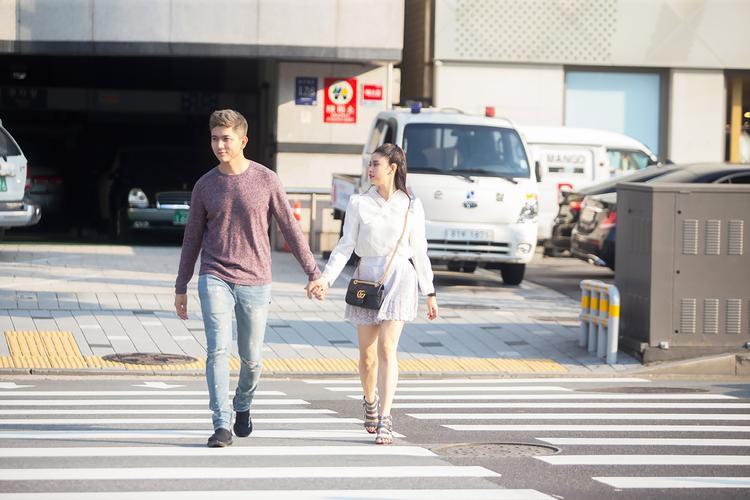 """Đầu tháng 9,Tim - Trương Quỳnh Anh có chuyến du lịch thú vị và đáng nhớ tại đất nước xinh đẹp Hàn Quốc. Tạm gác mọi công việc ở Việt Nam và """"trốn"""" bé Sushi, cả hai có những trải nghiệm thú vị trong chuyến đi lần này."""