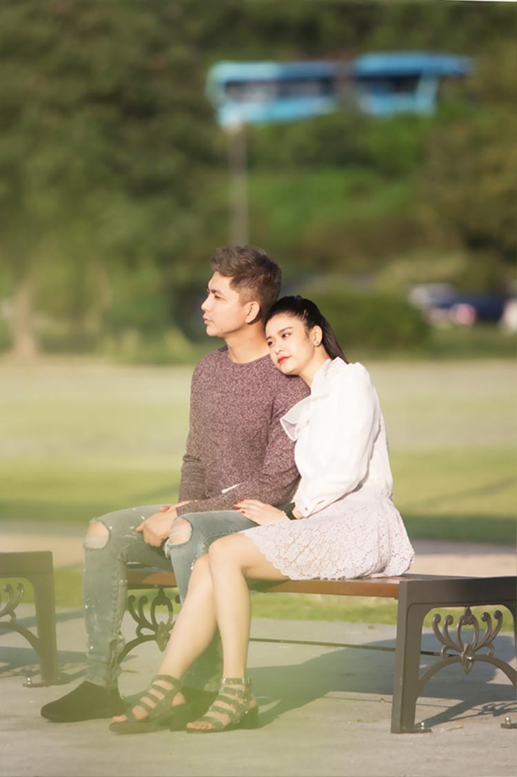 Không chỉ cùng nhau dạo phố, cặp đôi còn tận hưởng không gian yên bình khi ngắm hồ Seokchon. Đôi vợ chồng trẻ rất thích thú trước khung cảnh thơ mộng, êm đềm, tràn ngập sắc hoa. Họ cùng tựa vai nhau đắm chìm trong không gian lãng mạn và ngập tràn hạnh phúc.