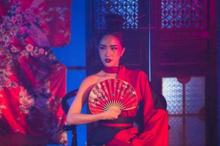 """Trong MV chính thức, Bảo Thy hóa thân thành rất nhiều nhân vật khác nhau: Một Geisha bí ẩn, một """"fancy girl"""" sang chảnh, một quý cô gợi cảm trong trang phục menswear,…"""