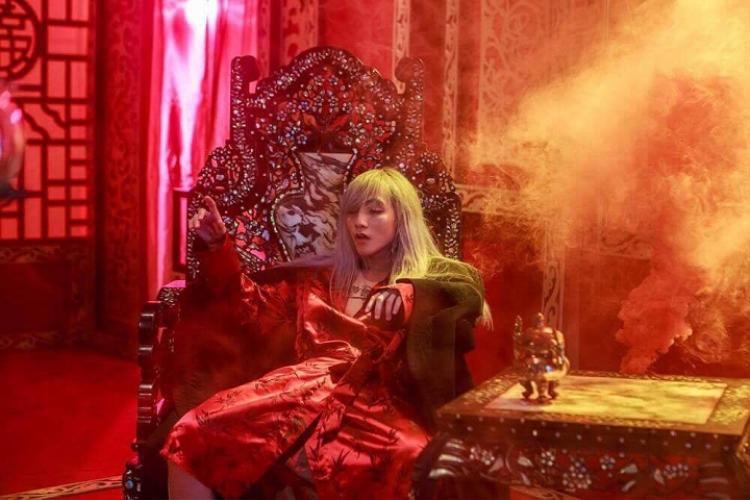 Hình ảnh ông vua ngạo nghễ trong MV trước đây…
