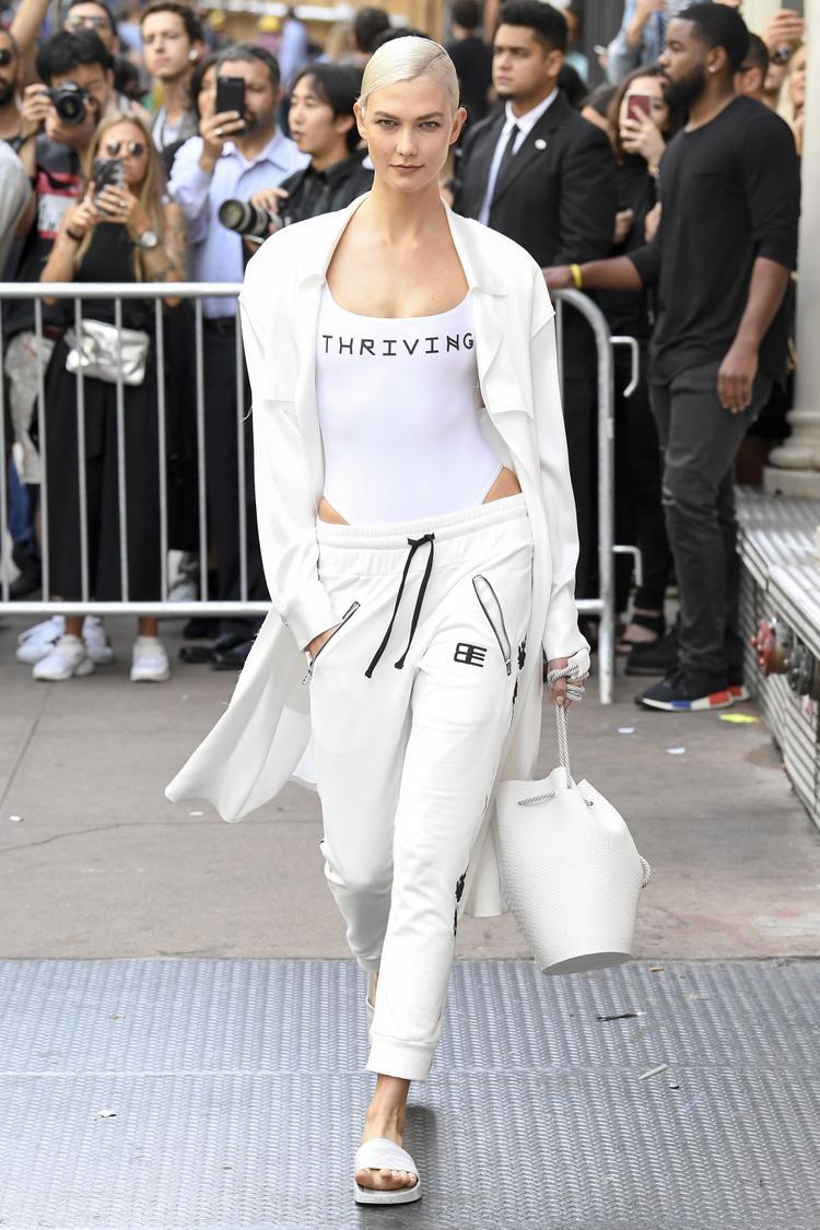 Một chiếc quần dài kèm túi xách và khoác ngoài tông trắng đủ chứng minh tính thời thượng của trang phục.