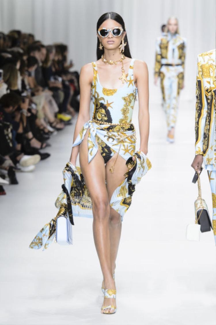 Versace đã quá thành công tại Milan Fashion Week năm nay với BST bao gồm những mẫu thiết kế đỉnh cao, dựa trên chất vải lụa mang họa tiết quen thuộc. Đặc biệt, nắm bắt được tinh thần phóng khoáng và nổi loạn ấy, Versace cũng mang đến sàn diễn một vài mẫu bodysuit cực kì quyến rũ.