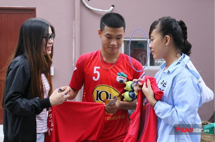 Phía sau cảnh Đông Triều ký tặng người hâm mộ là Công Phượng (số 10) đang mua vé.