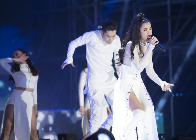 Các tờ báo lớn của Hàn Quốc cũng đăng tải hình ảnh Đông Nhi biểu diễn và dành nhiều lời khen ngợi cho nữ ca sĩ.