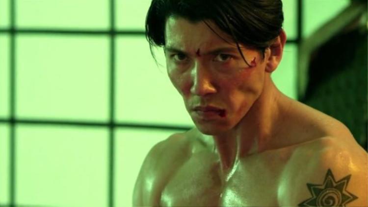David Sakurai thủ vai Krall.