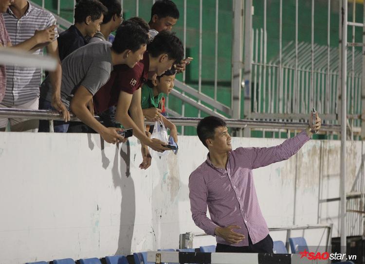 """Huyền thoại của bóng đá Việt """"tự sướng"""" với fan sau trận thắng của đội nhà. Chiến thắng này giúp đội bóng của Công Vinh vượt qua chính HAGL trên bảng xếp hạng và đứng vị trí 10. Ở trận đấu kế tiếp, TPHCM sẽ đối đầu với SHB Đà Nẵng trên sân nhà, trong khi HAGL tiếp tục phải đá trên sân đối phương gặp S.Khánh Hòa."""