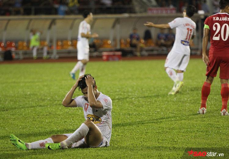 Những phút đầu trận, HAGL thi đấu tốt hơn với tiền đạo Văn Thanh trên hàng công. Tuy vậy, cầu thủ thi đấu vị trí hậu vệ cánh ở tuyển quốc gia bỏ lỡ khá nhiều cơ hội.