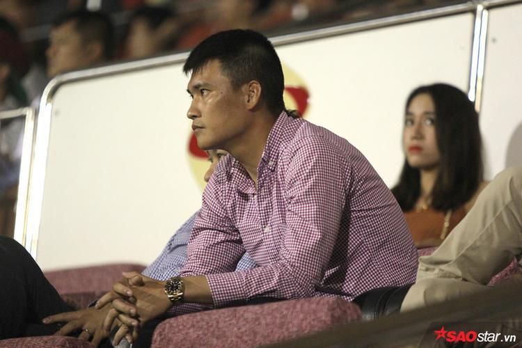 Quyền Chủ tịch TP.HCM Lê Công Vinh lo lắng trên khán đài. Trước trận đấu này, đội bóng của Công Vinh đã phải chịu 2 trận thua liên tiếp, thế nên cũng dễ hiểu cho tâm trạng hồi hộp của cựu tuyển thủ ĐTVN.