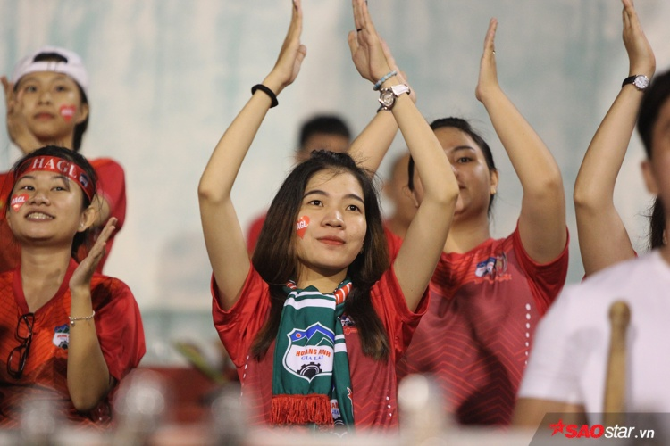 Cổ động viên HAGL gây ấn tượng với những màn cổ vũ cuồng nhiệt trên khán đài. Tuy nhiên, fan đội khách cũng gây sốc khi hô lớn đòi cựu tuyển thủ Lê Công Vinh vào sân thi đấu.