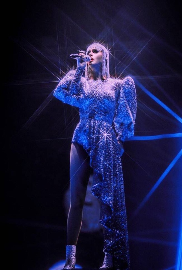 Với thiết kế ánh bạc lấp lánh được tạo kiểu bất đối xứng, Katy Perry trong càng nổi bật.