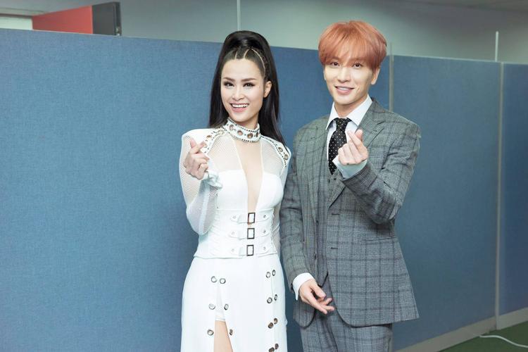 Bên cạnh đó, Đông Nhi còn thân thiết bắt tay và chụp hình đáng yêu cùng anh chàng Leeteuk (Suju) trong hậu trường.