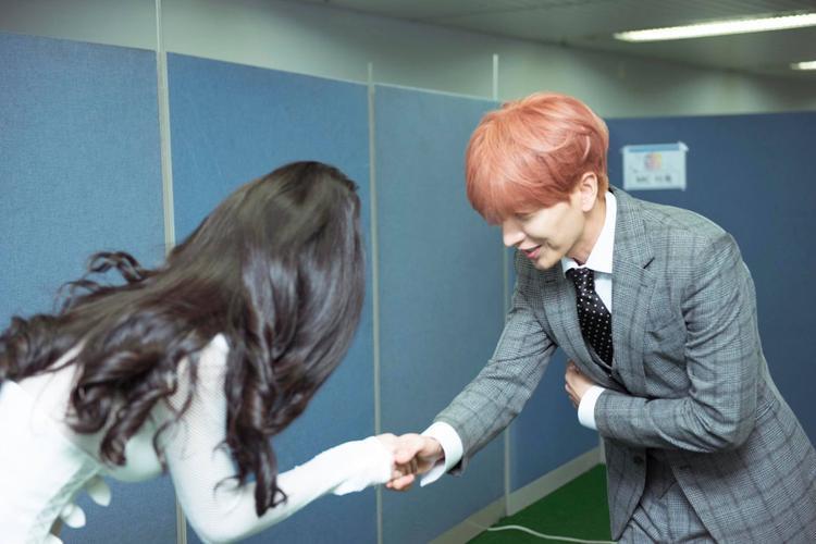 Khoảnh khắc đẹp: Đông Nhi bắt tay Taeyeon, thân thiết chụp hình cùng Leeteuk (Suju) tại ASF 2017