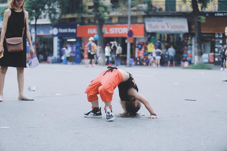 Hà Nội: Hàng trăm người náo loạn với màn nhảy tập thể sôi động trên phố đi bộ