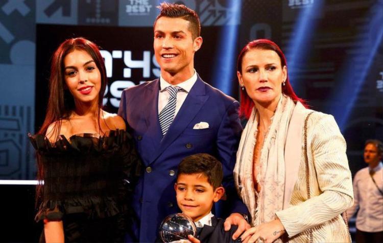 Georgina Rodriguez ngày càng gắn bó với gia đình Ronaldo .
