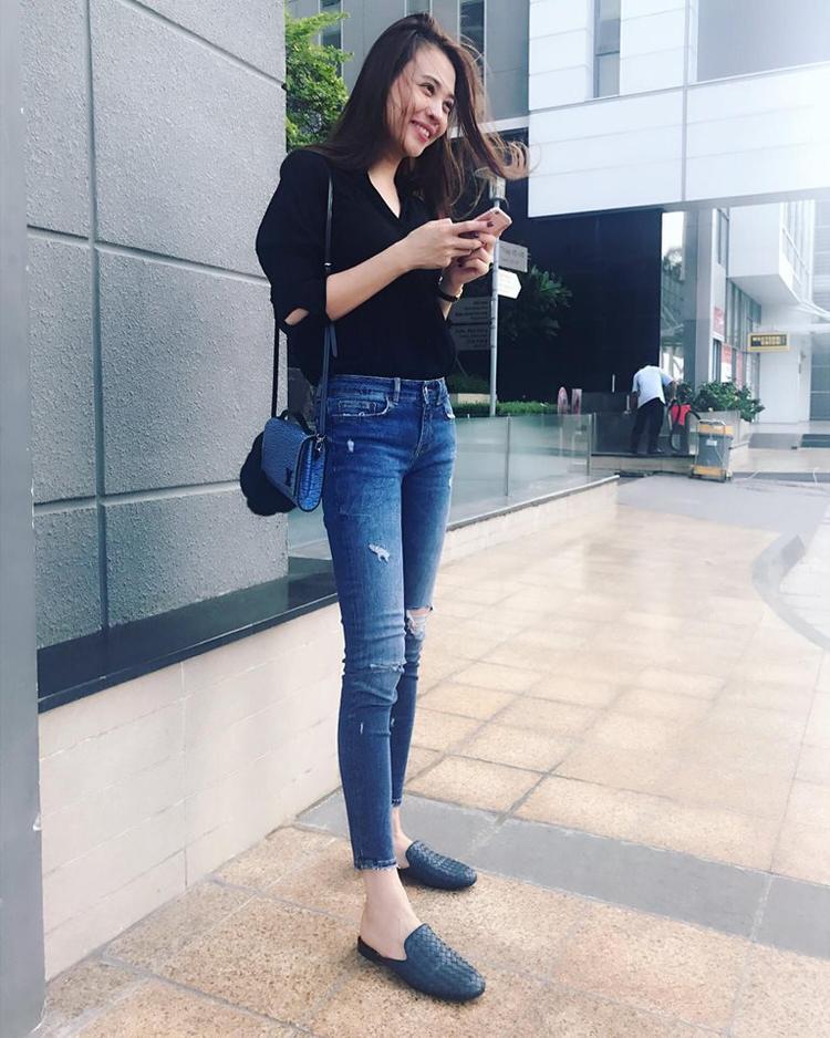 Đôi giày loafer phom cổ điển là lựa chọn hàng đầu giúp bạn gái Quốc Cường thu hút ánh nhìn, theo đó là túi xáchLouis Vuitton.
