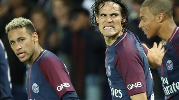 Cavani sửng sốt lúc bị các cầu thủ Brazil ăn hiếp.