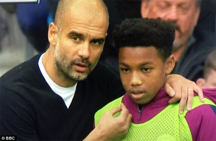 Hình ảnh hài hước của Pep Guardiola và cậu bé nhặt bóng.