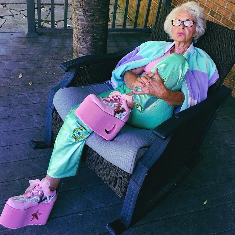 """Bà không """"ngán"""" bất kỳ phong cách nào cả ngay cả khi với đôi giày đế cao thế này."""