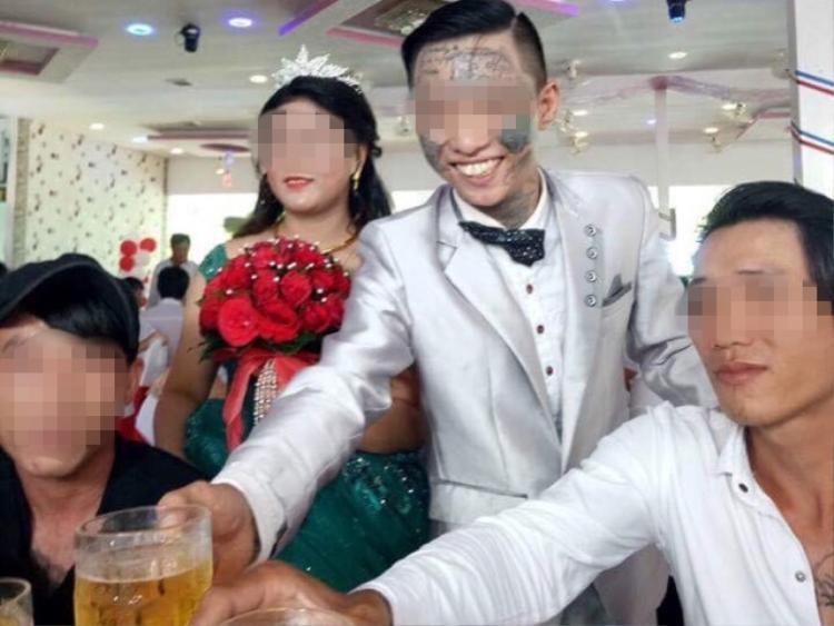 Đám cưới thu hút sự chú ý vì chú rể có những hình xăm trên mặt.