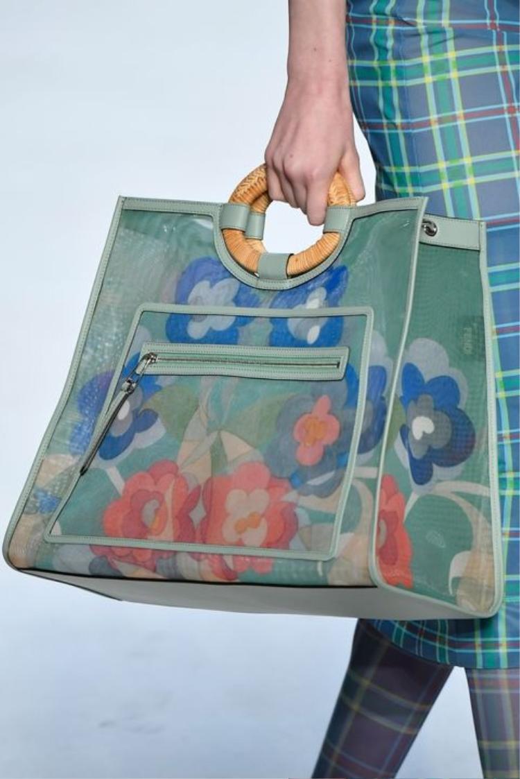 Còn gì hợp hơn để đem đến không khí mùa xuân bằng mẫu túi xách họa tiết hoa lá này của Fendi.