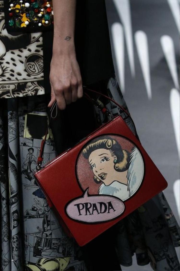 Thiết kế mang âm hưởng Pop Art này đến từ nhà mốt Prada.