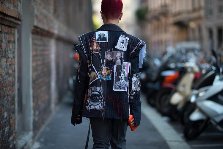 """Ấn tượng đầu tiên trong bộ cánh này là áo jacket hình hoạ. Kế đến là loạt phụ kiện từ các """"ông lớn"""" nhưVetements, Charles & Keith… Tất cả đều thể hiện khả năng mix&match hoàn hảo của stylist Kelbin Lei trong lần """"đem chuông đánh xứ người""""."""