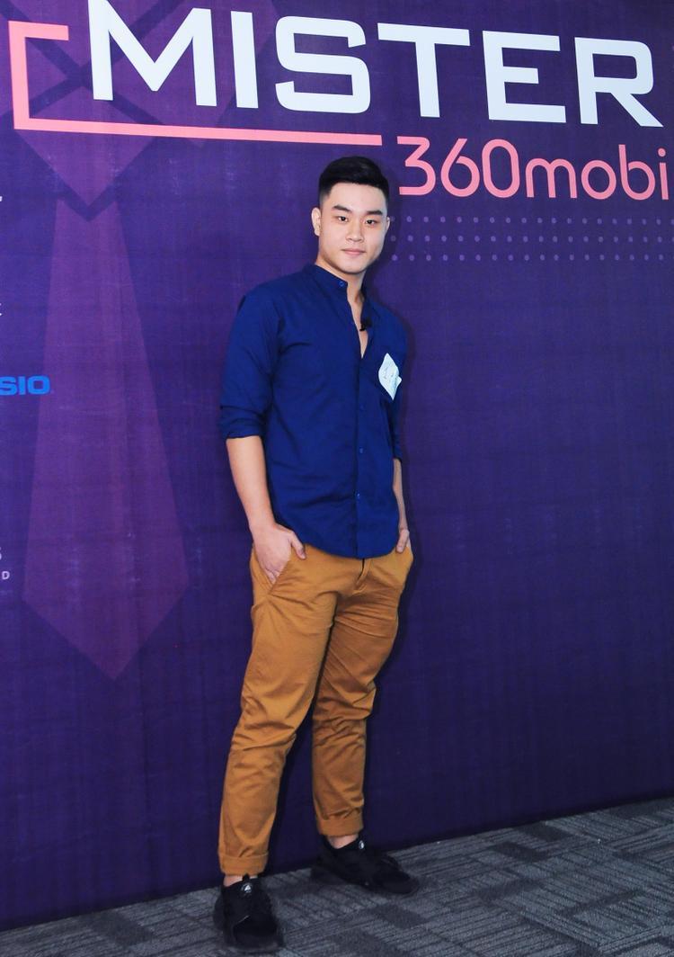 Một thí sinh nam chọn trang phục áo sơmi cùng quần tây với gam màu nóng nổi bật tại cuộc thi