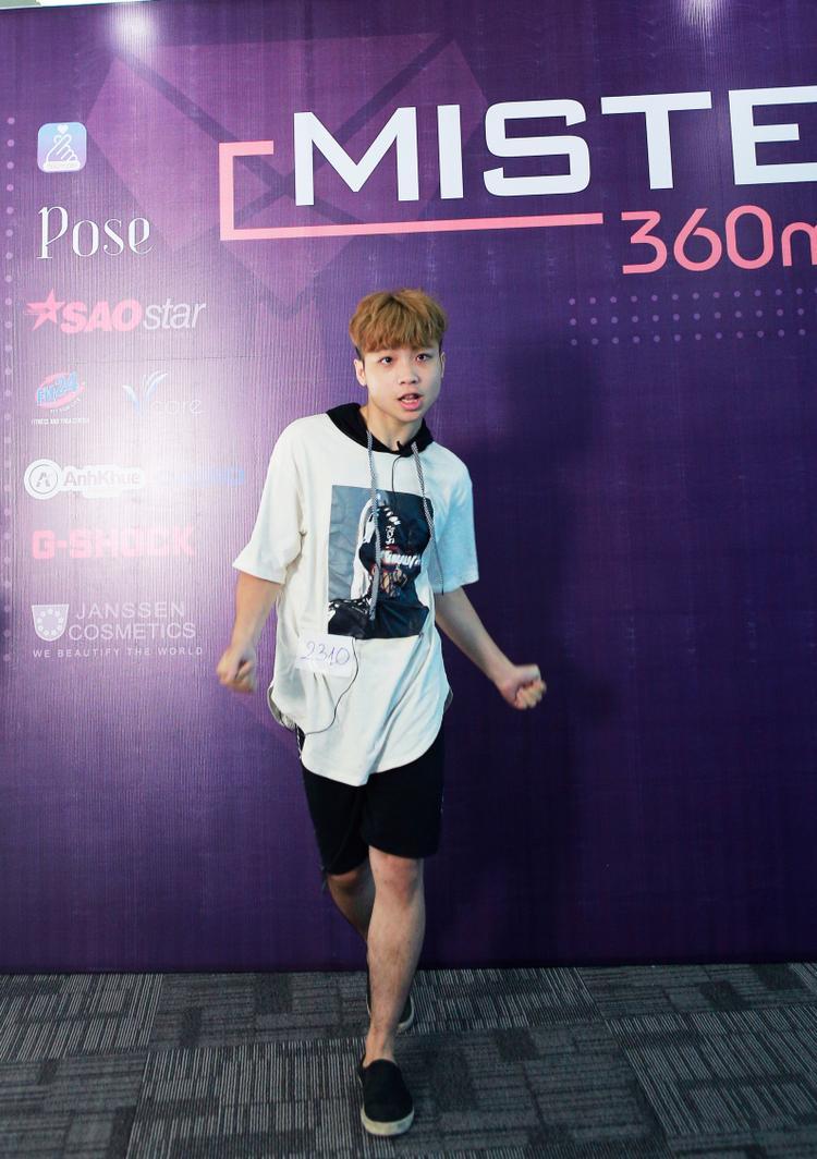 Thí sinh Ngô Xuân Quý thể hiện phần thi năng khiếu cá nhân với sở trường hát kết hợp vũ đạo tạo không khí sôi động cho cuộc thi
