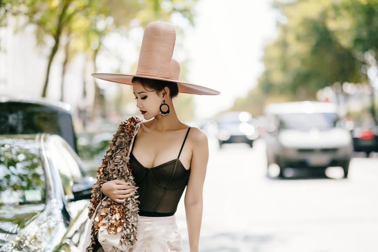 Bộ cánh khác lạ đến từ chủ nhân nhãn hàng Xuân Couture, cũng góp mặt trong khuôn khổParis Fashion Week.Maya không ngại đội lên đầu chiếc mũ thực hiện handmade được chế tác tại làng nghề Pháp có giá 5000€, jacket khoác hờ 10640€ và quần flowers pants giá 2500€.