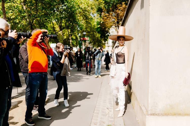 Lỗi mốt, rườm rà, Maya chẳng còn gì mặc khi đến Paris Fashion Week?