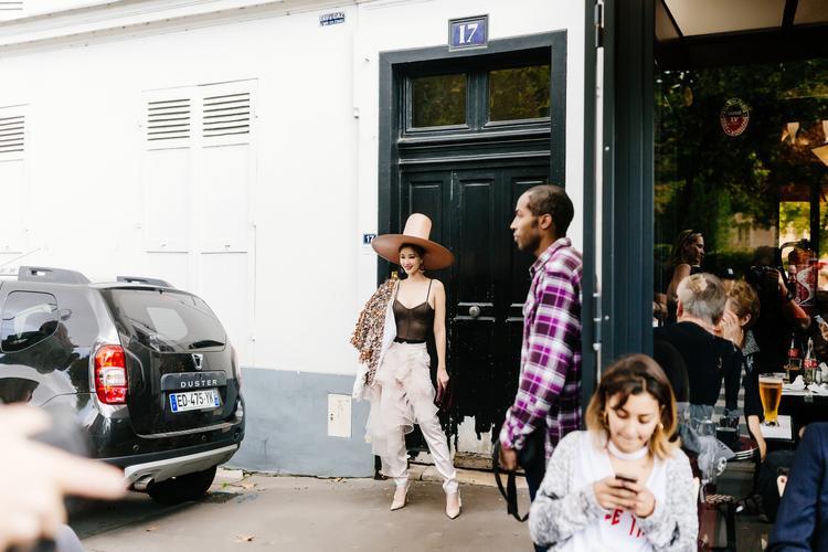 Nữ ca sĩ 8X còn khéo léo phốiclutch cầm tay, cao gót đều thuộc dòng mới nhất của nhà mốt Dior.