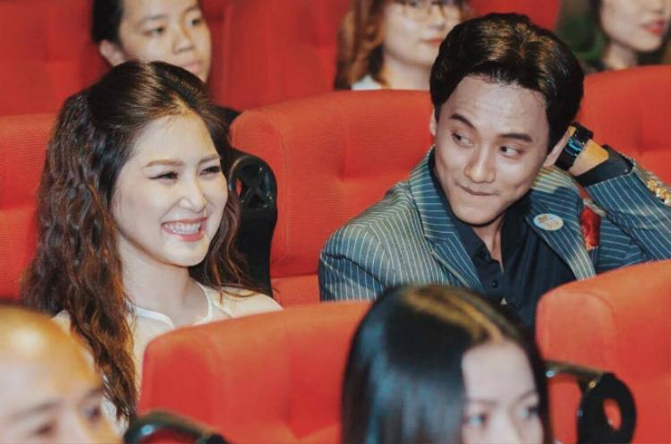 Nam diễn viên gốc Bạc Liêu nhìn Hương Tràm với ánh mắt say đắm trong một sự kiện mới đây.