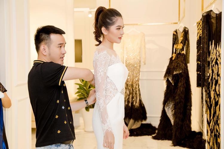 Từng thiết kế đều được Lê Thanh Hoà cân chỉnh cho vừa vặn chiều cao, thân hình của Á hậu Thuỳ Dung.