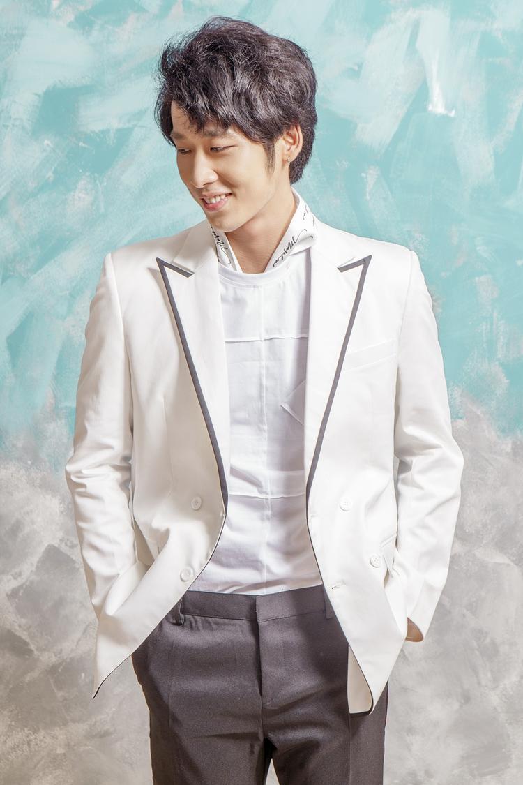 Tuấn Trần - bạn diễn ăn ý trong MV Anh cứ đi đi - sẽ là nam chính phim Thiên ý cùng Hari Won.