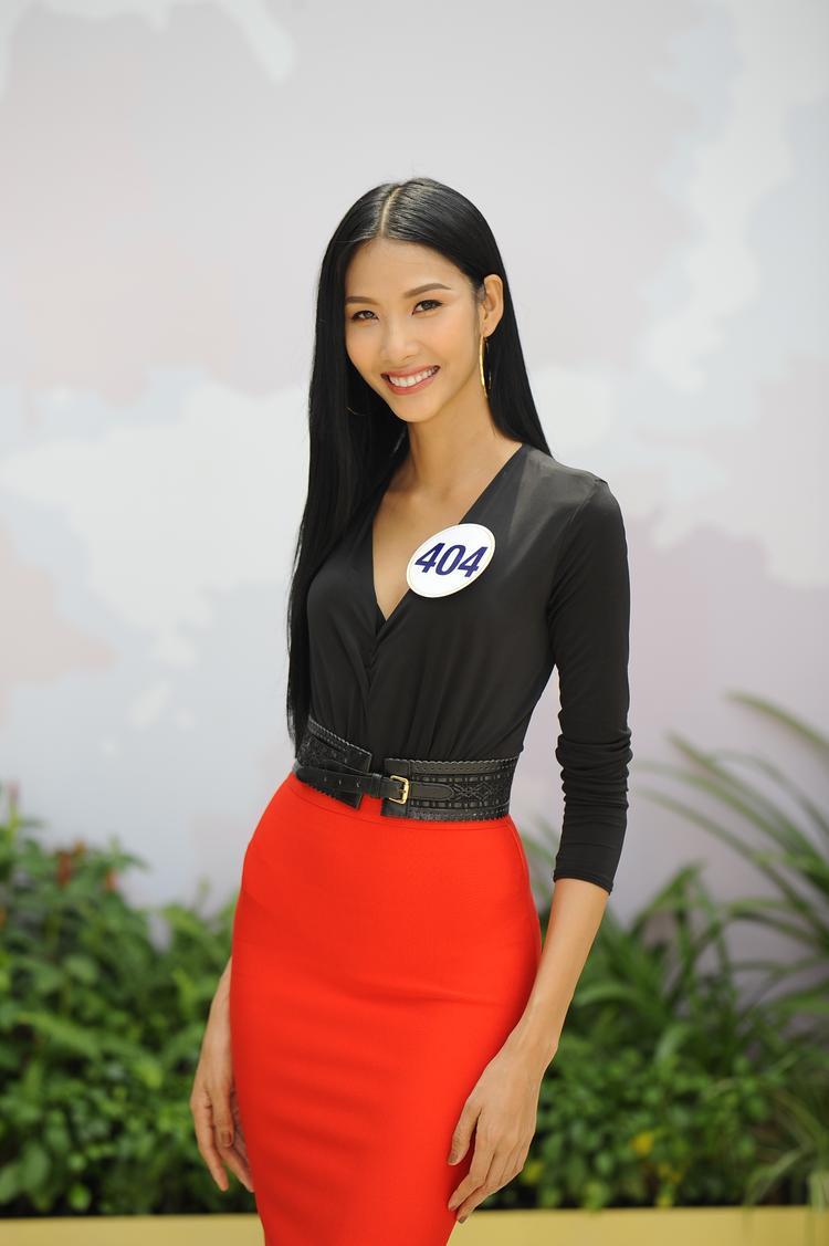 """""""Thánh ca dao"""" Hoàng Thùy đã có mặt trong Top 70 thí sinh vào bán kết cuộc thi Hoa hậu hoàn vũ Việt Nam 2017."""