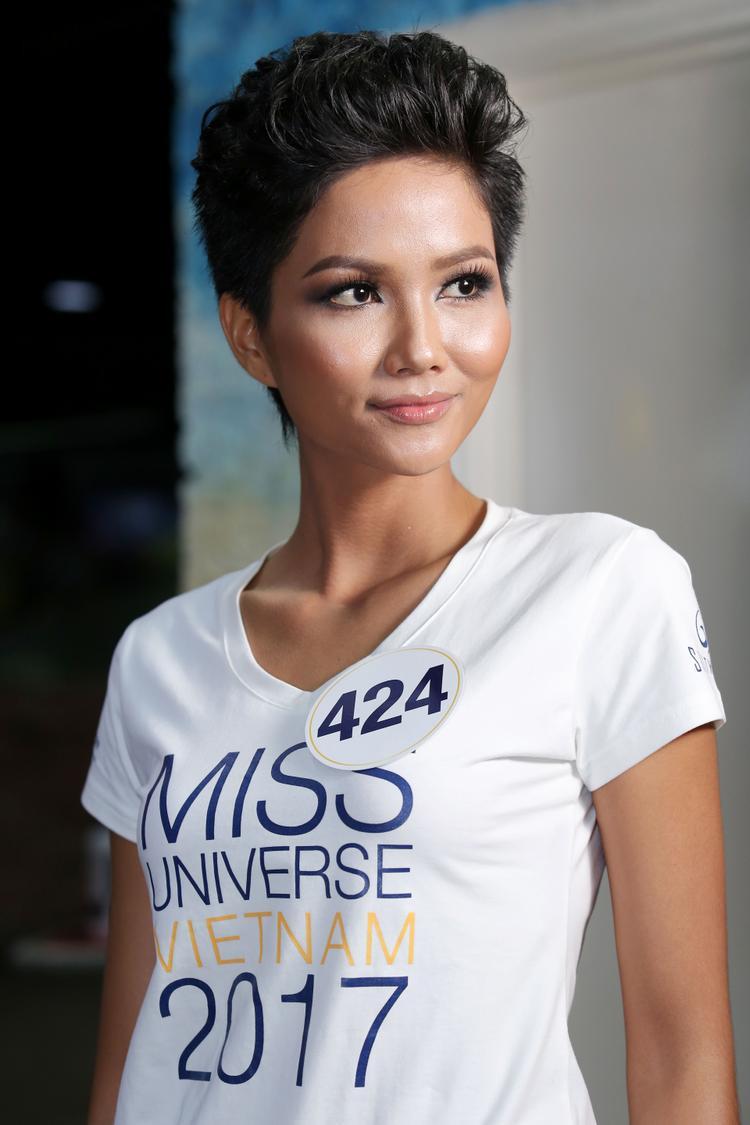 Nổi bật với mái tóc ngắn, H'hen Niê là mảnh ghép đặc biệt của Hoa hậu Hoàn vũ Việt Nam năm nay. Nhan sắc Đắk Lắk đã trải qua quá trình tập luyện cực khổ để gần đạt được số đo vàng của Hoa hậu.