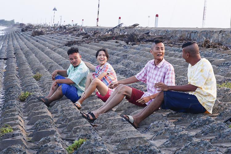 Nhóm bạn thân tại làng chài vùng biển Gò Công Đông
