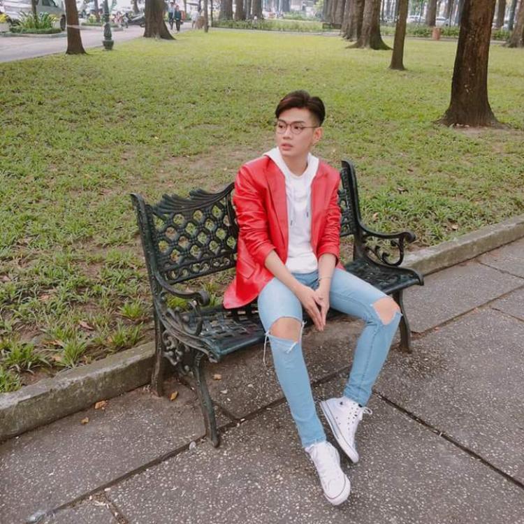 Lại một chiếc áo khác chất liệu bóng màu đỏ, anh chàng đi cùng jean rách wax sáng, mang giày trắng cũng góp phần tạo nên màu sắc tươi sáng, trẻ trung cho set đồ.