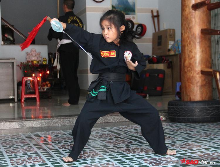 Không dừng ở quyền pháp, Linh còn đánh rất tốt hai bài binh khí Tứ Linh Đao và Ngũ Lộ Lê Hoa Côn.